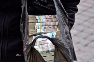 Exchange money in Uzbekistan on the market